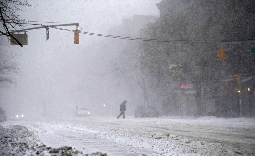 USA sparaliżowane snieżycą /JASON SZENES    /PAP/EPA