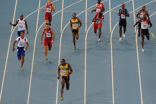 Usain Bolt biegnie po rekord świata w sztafecie 4 x 100 m /AFP