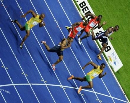 Usain Bolt (na czele) ustanowił kolejny fenomenalny rekord świata. /AFP