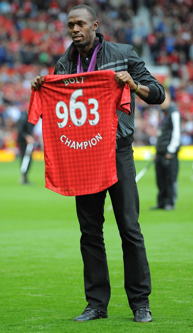 Usain Bolt z koszulką Manchesteru United, któremu kibicuje. /AFP