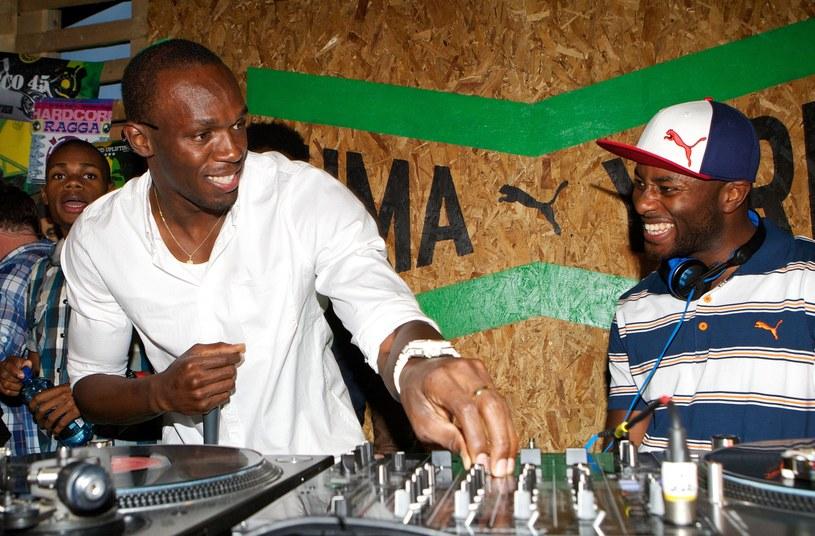 Usain Bolt (z lewej) w roli didżeja /AFP