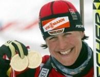 Uschi Disl prezentuje dwa złote medale mistrzostw świata /AFP