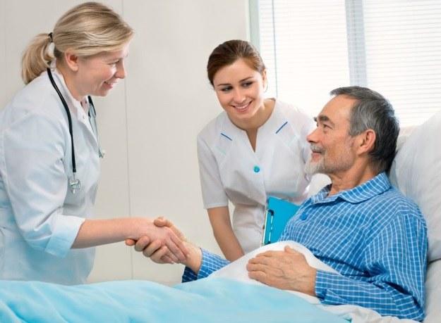 Uścisk dłoni jest niezwykle istotny w ocenie stanu zdrowia pacjentów z oddziałów intensywnej terapii /©123RF/PICSEL