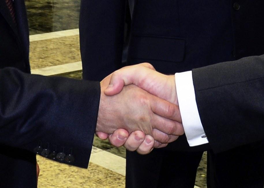 Uścisk dłoni przywódców Rosji i Ukrainy /SERGEI BONDARENKO / POOL /PAP/EPA