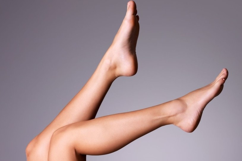 Usiądź z uniesionymi wysoko nogami. Możesz się też położyć i oprzeć stopy o ścianę /©123RF/PICSEL