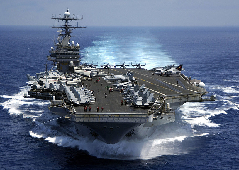 USS Carl Vinson CV-70, lotniskowiec typu Nimitz na Oceanie Indyjskim /Getty Images/Flash Press Media