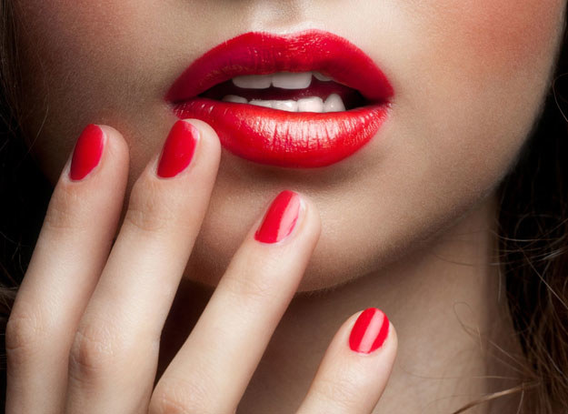 Usta możesz powiększyć za pomocą... szminki /©123RF/PICSEL
