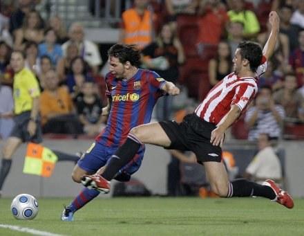 Ustaritz Aldekoaotalora próbuje zablokować strzał Lionela Messiego. /AFP