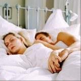 Ustawienie łóżka w sypialni ma ogromne znaczenie /INTERIA.PL