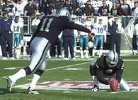 Ustawienie piłki ma znaczenie, trzyma Shane Lechler, uderza Janikowski /Chris Reiko