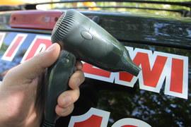 Usuwanie naklejek z szyb samochodowych