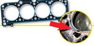 Uszkodzenie uszczelki widać po demontażu głowicy jako wyraźny przedmuch, a czasami nawet jako rozerwanie. /Motor