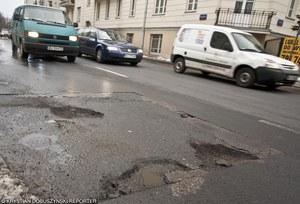 Uszkodziłeś auto na dziurze? Oto co powinieneś zrobić!