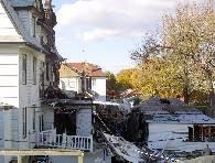 Uszkodzone przez samolot budynki mieszkalne /RMF/PAP