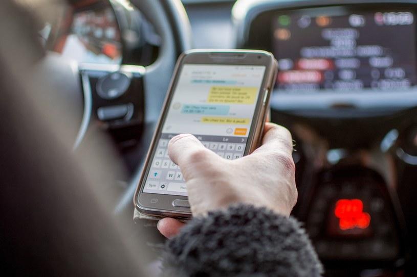 Uwaga. Stojąc na czerwonym nie wolno korzystać z telefonu /Alyson Polderman /Reporter