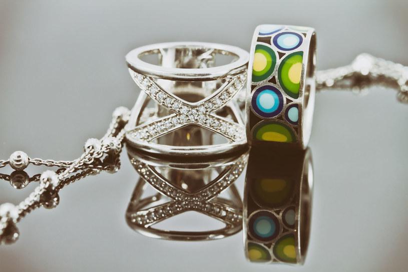 Uważaj na biżuterię z domieszką niklu, może drażnić skórę! /123RF/PICSEL