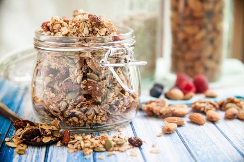 Uważaj na gotową granolę. Naprawdę zdrowa jest tylko ta przygotowana samodzielnie! /123RF/PICSEL