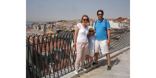 W dzielnicy Alfama, widok na Lizbone