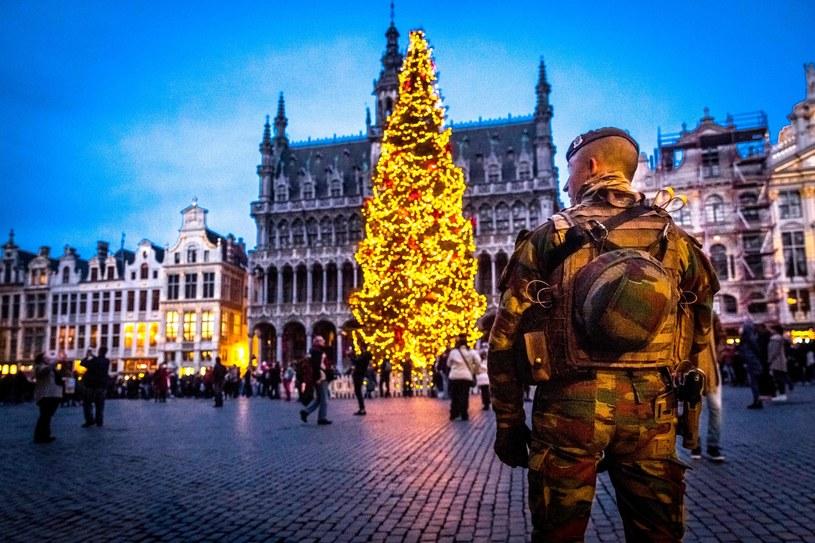 Uzbrojeni funkcjonariusze pilnują bezpieczeństwa na ulicach Brukseli / zdj. archiwalne /AFP