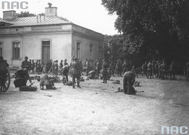 Uzbrojeni żołnierze na placu przed Belwederem /Z archiwum Narodowego Archiwum Cyfrowego