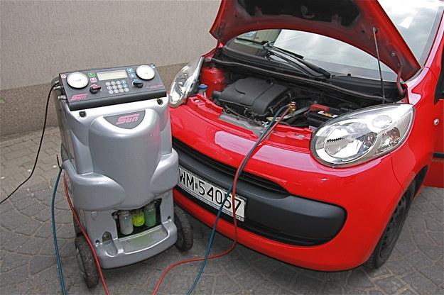 Uzupełnienie czynnika roboczego i oleju wykonywane jest za pomocą specjalnego urządzenia i trwa ok. pół godziny. /Motor