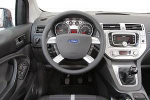 Użytkownicy chwalą jakość materiałów i bogate wyposażenie, ale narzekają na niską precyzję montażu. Podczas jazdy, szczególnie zimą skrzypią deska rozdzielcza i tapicerka na słupkach. /Motor