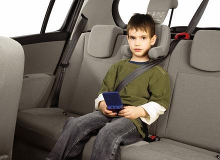 Używanie fotelików i pasów bezpieczeństwa zapobiega wyrzuceniu dziecka do przodu w razie wypadku /materiały prasowe