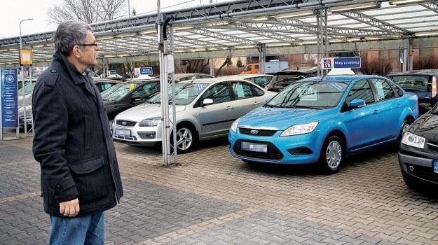 Używany samochód od dealera to jedna z najbezpieczniejszych form zakupu na rynku. Szkoda tylko, że ceny w ASO są znacznie wyższe niż na giełdzie. /Motor