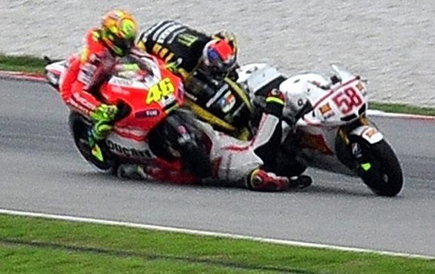 Valentino Rossi (z lewej) i Colin Edwards w chwili wypadku /AFP