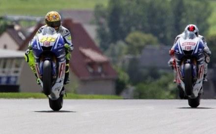 Valentino Rossi (z lewej) nie zamieni motoru na bolid F1. /AFP