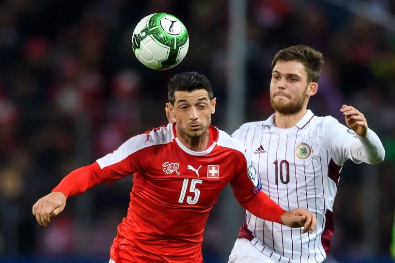 Valerijs Sabala (z prawej) podczas meczu eliminacji MŚ ze Szwajcarią /AFP