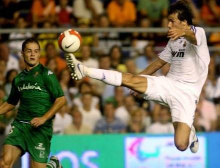 Van Nistelrooy i Nano walczą o piłkę. Real-Betis 0:1 /AFP