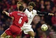 Van Nistelrooy (w białym stroju) w pojedynku z obrońcą Middlesbrough