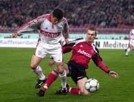 VFB Stuttgart - FC Nurnberg 2:3. Bałakow (z lewej) z VFB walczy o piłkę z Niklem