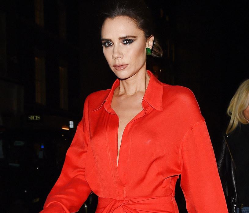 Victoria Beckham wykorzystała tę barwę zarówno w asymetrycznych sukienkach i spódnicach, jak i szerokich spodniach typu palazzo czy luźnych koszulach /123RF/PICSEL