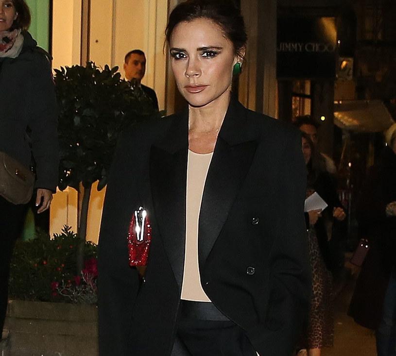 Victoria wybrała długi, wąsko skrojony płaszcz oraz dopasowane spodnie przed kostkę /East News