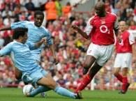 Vieira i Ivan Campo walczą o piłkę. Arsenal-Bolton 2:2 /AFP