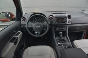 Volkswagen Amarok 2.0 BiTDI 180 KM Dark Label 4MOTION: deska Amaroka wygląda może nowocześniej niż u konkurenta, ale przy bliższym kontakcie sporo traci (jest twarda). Widoczny na zdjęciu radioodtwarzacz z nawigacją wymaga dopłaty aż 9700 zł. /Motor