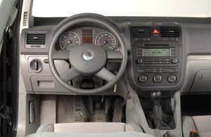 Volkswagen Golf V: wzorowa jakość montażu, niezłe tworzywa sztuczne. Niestety – dobrze wyposażone wersje z automatyczną klimatyzacją (jak ta na zdjęciu) nie trafiają się zbyt często. /Motor
