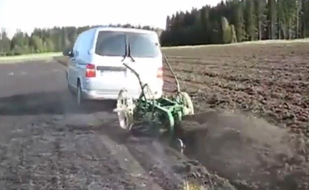 Volkswagen Transporter świetnie sobie radzi z oraniem pola /