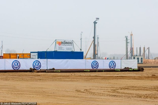 Volkswagen zapewnia, że fabryka powstanie zgodnie z planem /Jakub Walasek /Reporter