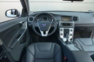 Volvo V60 D4 Drive-E Geartronic Kinetic: skandynawska prostota i wysoka jakość. Za konsolą środkową – wnęka na drobiazgi. By obsłużyć komputer pokładowy, trzeba oderwać rękę od kierownicy. /Motor