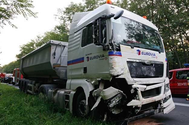 VW uderzył w prawy przód ciężarówki /PAP