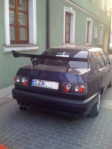 VW vento ze skrzydłem