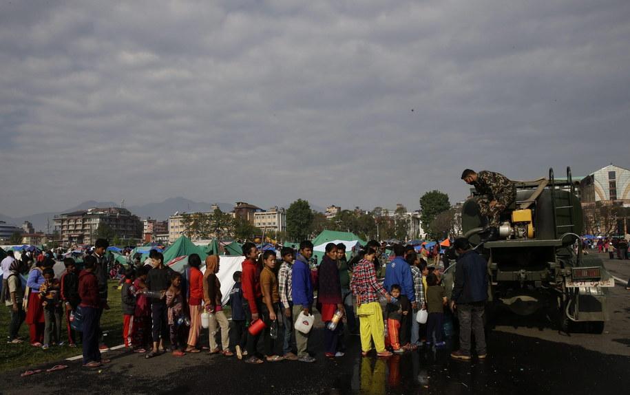 W 10 punktach w mieście potrzebującym są rozdawane namioty i butelki z wodą pitną /Narendra Shrestha /PAP/EPA