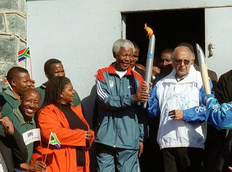 W 2004 r. ogień olimpijski niósł sam Nelson Mandela. /AFP
