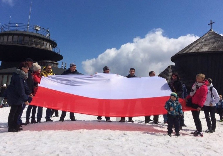W 2015 roku rozwijaliśmy flagi na szczytach. Zdj. ze Śnieżki /RMF FM