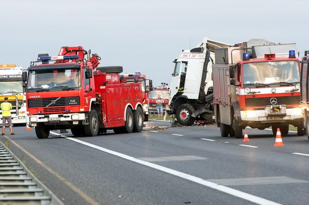 W akcji ratowniczej bierze udział kilkanaście karetek pogotowia i dwa śmigłowce LPR /Maciej Kulczyński /PAP