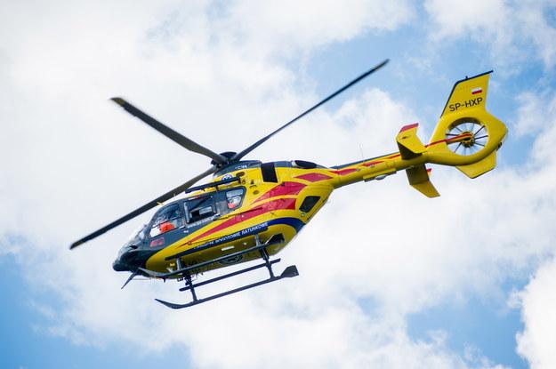W akcji ratunkowej uczestniczy śmigłowiec Lotniczego Pogotowia Ratunkowego / Fot. Daniel Dmitriew / FORUM /Agencja FORUM