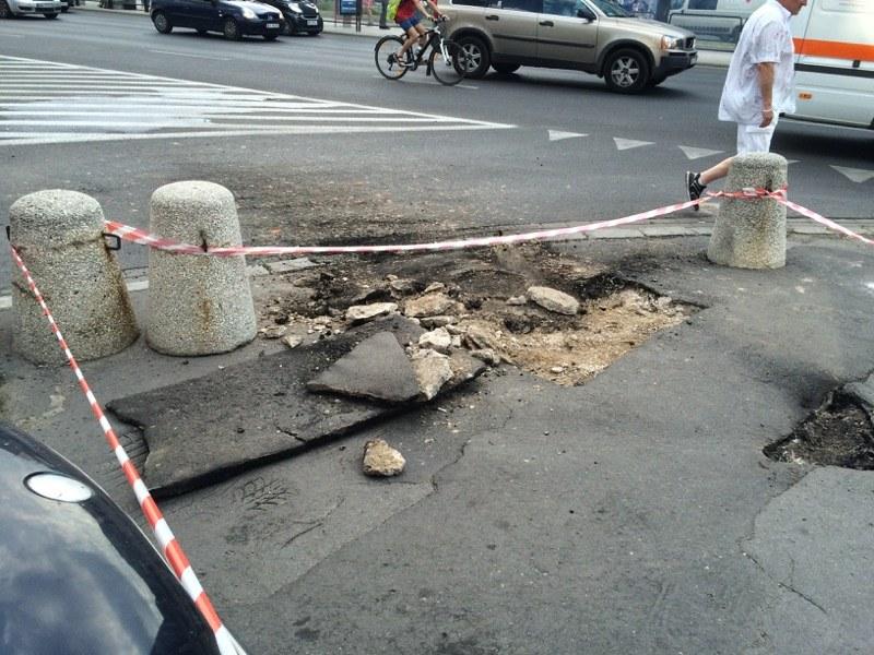 W asfalcie z powodu wybuchu powstała spora wyrwa /Michał Dobrołowicz /RMF FM
